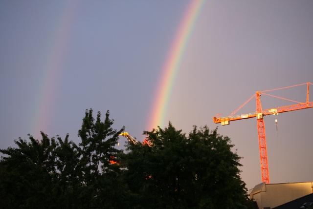Der äußere Regenbogen ist hat die rote Farbe inne, der normale außen.